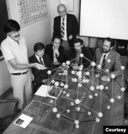 Tại NIST, Schechtman giải thích cấu trúc nguyên tử mà ông tìm ra. (Hình: Phillip Westcott/NIST/Public Domain)
