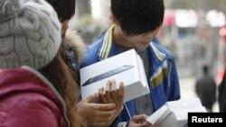 Pembeli iPad mini di sebuah toko di Shanghai, China. (Foto: Dok)
