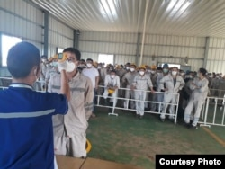 Suasana pemeriksaan kesehatan dengan alat pengukur suhu tubuh terhadap Tenaga Kerja Asing asal China di kawasan Industri PT IMIP, Morowali, Sulawesi Tengah. (Foto courtesy: Dedi Kurniawan / Humas PT. IMIP)