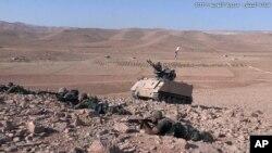 Dalam foto yang dirilis laman resmi Tentara Lebanon, 23 Agustus 2017, tentara Libanon mengambil posisi dalam pertempuran melawan kelompok militan ISIS di pinggiran Ras Baalbek, timur laut Libanon.