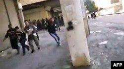 Hình ảnh từ 1 video nghiệp dư cho thấy người biểu tình Syria bỏ chạy vì bị bắn, ở Hama, Syria, 28/12/2011