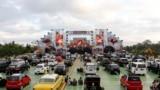 Pagelaran musik 'drive-in' di tengah pandemi COVID-19 di Bali, 16 Agustus 2020. (AP Photo/Firdia Lisnawati)