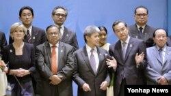 지난 10일 미얀마 수도 네피도에서 열린 아세안지역안보포럼(ARF) 각료회의에 각국 대표들이 기념사진을 촬영하고 있다.
