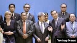 지난해 4월 미얀마 수도 네피도에서 열린 아세안지역안보포럼(ARF) 각료회의에서 각 국 대표들이 기념사진 촬영을 하고 있다. 기시다 후미오 일본 외무상(뒷줄 왼쪽 끝)과 리수용 북한 외무상(뒷줄 오른쪽 끝) 모습도 보인다.