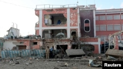 ບັນດາເຈົ້າໜ້າທີ່ຕຳຫຼວດ ຈຶ້ງທ່າທີຢູ່ ໃນລະຫວ່າງ ການຍິງຕອບໂຕ້ກັນ ກັບພວກມືປືນ ຫົວຮຸນແຮງຈັດ ອິສລາມ al Shabaab ຢູ່ດ້ານນອກໂຮງແຮມ ໃນນະຄອນຫຼວງ Mogadishu ຂອງໂຊມາເລຍ, ວັນທີ 1 ພະຈິກ 2015.
