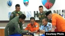 Kepala Basarnas Makassar, Mustari memimpin rapat koordinasi dengan TNI AU Lanud Hasannudin Makassar untuk pencarian udara menggunakan Boeing 737-200 milik TNI AU. (Foto: Basarnas Makassar)
