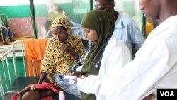 Petugas rumah sakit Banadir di Mogadishu, memberikan perawaran terhadap seorang anak balita (12/8).