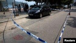 Mobil mantan pemimpin redaksi koran Ming Pao, Kevin Lau, disegel menyusul serangan terhadapnya di Hong Kong (26/2). (Reuters/Tyrone Siu)
