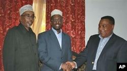 Rais wa Somalia Sheikh Sharif Sheikh Ahmed(C) akipeana mkono na mwakilishi maalumu wa UN kwa Somalia, Augustine Mahiga(R)