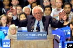 ຜູ້ສະໝັກແຂ່ງຂັນເປັນປະທານາທິບໍດີ ສັງກັດພັກເດໂມແຄຣັດ ສະມາຊິກສະພາສູງ ທ່ານ. Bernie Sanders ກ່າວຖະແຫລງ ຕໍ່ພວກສະໜັບສະໜູນ ໃນລະຫວ່າງ ການເຕົ້າໂຮມຊຸມນຸມ ໂຄສະນາຫາສຽງ ຢູ່ທີ່ ສູນກາງຫໍປະຊຸມ Lexington ໃນນະຄອນ Lexington, ລັດ Kentucky, ວັນທີ 4 ພຶດສະພາ 2016.