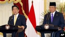 Perdana Menteri Jepang, Shinzo Abe (kiri) dan Presiden Susilo Bambang Yudhoyono dalam konferensi pers bersama di Istana merdeka, Jakarta, Jum'at 18 Januari 2013. (AP Photo/Achmad Ibrahim)