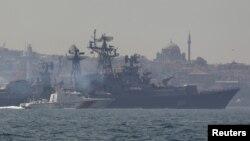 Эсминец «Сметливый» в сопровождении пограничного катера ВМС Турции пересекает Босфорский пролив. Стамбул, Турция