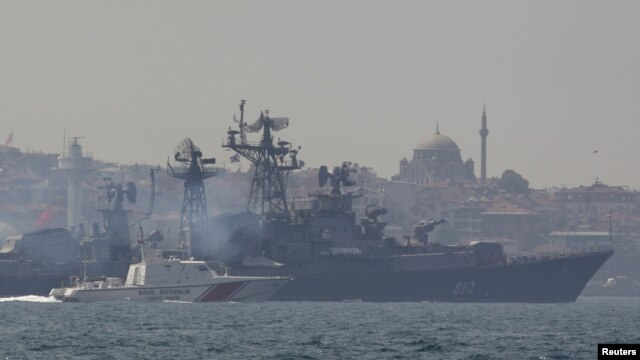 Sebuah kapal Turki (kiri) mengawal Kapal Angkatan Laut Rusia Smetlivy di Bosphorus, Istanbul (Foto: dok). Dikabarkan kapal-kapal perang Rusia tengah bertolak ke Suriah untuk membantu kemingkinan dievakuasinya warga Rusia dari negara itu.