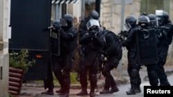 法國警察星期四在巴黎東北逐家逐戶搜查襲擊事件疑犯。