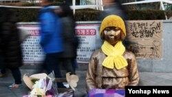 지난 29일 서울 종로구 주한일본대사관 앞 '평화의 소녀상'에 누군가 씌워 놓은 목도리와 털모자가 눈에 띈다.