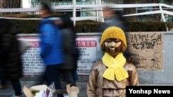 "Patung ""wanita penghibur"" di depan Kedutaan Besar Jepang di Seoul, Korea Selatan."