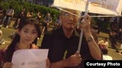 Nancy Nguyễn cầm tấm biểu ngữ của người biểu tình Hong Kong với hàng chữ - 'Nếu bây giờ bạn rời khỏi đây, bạn sẽ mãi mãi bị nô lệ'