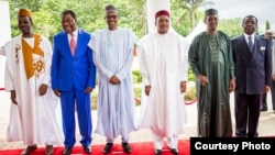 Presiden Nigeria Muhammadu Buhari (tengah) menjadi tuan rumah dalam pertemuan dengan Presiden Chad, Niger, dan Benin serta menteri pertahanan Kamerun di Abuja, Kamis (11/6).