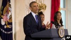 El presidente Obama dijo que en el Día de Acción de Gracias, luego de colaborar con su comunidad, pasará el día en familia y amigos, comiendo exquisitos platillos y viendo un poco de fútbol americano.