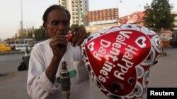 Seorang penjual balon 'hari Valentine' di Karachi, Pakistan hanya mendapatkan sedikit pembeli tahun ini (10/2).