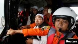 Giáo sĩ Hồi giáo rắc gạo xuống biển Java từ máy bay của không quân Indonesia và cầu nguyện cho các nạn nhân của chuyến bay 8501.