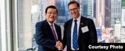 លោក Alexander Feldman ប្រធានក្រុមប្រឹក្សាពាណិជ្ជកម្មអាមេរិក-អាស៊ាន ជួបពិភាក្សាពាណិជ្ជកម្មជាមួយនឹងលោកប្រធានាធិបតីវៀតណាម Truong Tan San កាលពីថ្ងៃទី២៥ ខែកញ្ញា ឆ្នាំ២០១៥ នៅទីក្រុងញូវយ៉ក សហរដ្ឋអាមេរិក។ (រូបថតដកស្រង់ពី US-ASEAN Business Council)