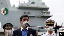 """日本防卫大臣岸信夫视察了停靠在日本横须贺美军基地的英国航母""""伊丽莎白女王""""号后对媒体讲话。(2021年9月6日)"""