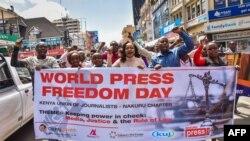 Ký giả và các nhà hoạt động xã hội dân sự tuần hành trong Ngày Tự do Báo chí Thế giới 3/5/18 ở Nakuru, Kenya.