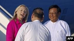 Ngoại trưởng Mỹ Hillary Clinton được Thứ trưởng Ngoại giao Miến Điện Myo Myint (phải) và các quan chức khác chào đón sau khi tới Naypyitaw, 30/11/2011