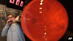 Seorang artis seni tiup kaca sedang membuat vas besar dalam sebuah demo di Museum Gelas di Corning, New York. (Foto:Dok)