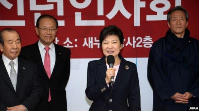 1일 서울 새누리당 여의도 당사에서 열린 2013 신년인사회에 참석한 박근혜 한국 대통령 당선인(가운데). (자료사진)