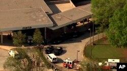 En esta imagen hecha de un video proporcionado por las autoridades de WSB-TV, corresponden a informes de un tiroteo en la estación de West Lake el jueves, 13 de abril de 2017, en Atlanta.