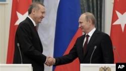 Tổng thống Nga Vladimir Putin và Thủ tướng Thổ Nhĩ Kỳ Recep Tayyip Erdogan bắt tay sau cuộc hội đàm tại điện Kremlin ở Moscow, ngày 18/7/2012