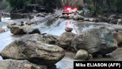 Varias rocas bloquean la carretera de Hot Springs a la altura de Montecito, en California, el 9 de enero de 2018.