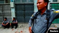 Polisi siaga di permukiman muslim di Mandalay, Myanmar (3/7).