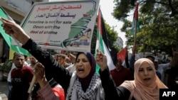 Warga Palestina meneriakkan slogan-slogan dalam aksi protes menentang kesepakatan Uni Emirat Arab dengan Israel untuk menormalisasi hubungan, di Kota Gaza, 19 Agustus 2020. (Foto: MOHAMMED ABED / AFP)