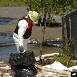 The burst pipe spilled as much as 1,000 barrels of crude oil - more than 160,000 liters- into the river, just downstream from famed Yellowstone National Park.