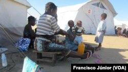 Vítimas do ciclone Idai num centro de acolhimento na Beira