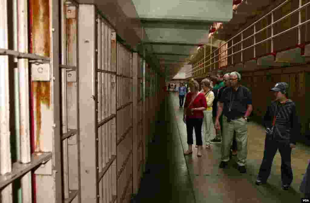 Turisti prolaze kroz ćelije vođeni su audio-vodičem sa glasovima stvarnih bivših zatvorenika, čuvara i drugih koji su živjeli na otočiću.