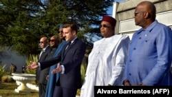 (De g) Les présidents Mohamed Ould Ghazouani, Ibrahim Boubacar Keita, Idriss Deby, Emmanuel Macron, Mahamadou Issoufou et Roch Marc Christian Kaboré assistent à une cérémonie à Pau en France, le 13 janvier 2020.