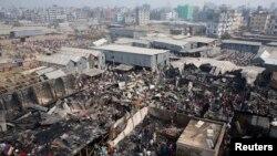 Kebakaran melanda sebuah daerah kumuh di wilayah Modhubagh, Dhaka, Bangladesh, menewaskan sedikitnya satu orang dan menghanguskan 100 rumah (8/2).