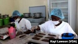 Opération de pesage du chocolat, à Lomé, le 27 juin 2019. (VOA/Kayi Lawson)