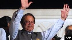 巴基斯坦前总理谢里夫5月11日在拉合尔投票后向支持者挥手