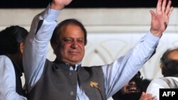 Mantan Perdana Menteri Pakistan Nawaz Sharif mengumumkan kemenangan Partai Liga Muslim Pakistan yang konservatif dalam pemilihan parlemen Sabtu (11/5). (AFP/Arif Ali)