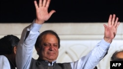 Former Pakistani prime minister and head of the Pakistan Muslim League-N (PML-N) Nawaz Sharif waves to supporters after his party victory in general election in Lahore, May 11, 2013.