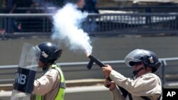 Cảnh sát bắn đạn hơi cay vào người biểu tình ở Caracas, Venezuela, 8/4/2017.