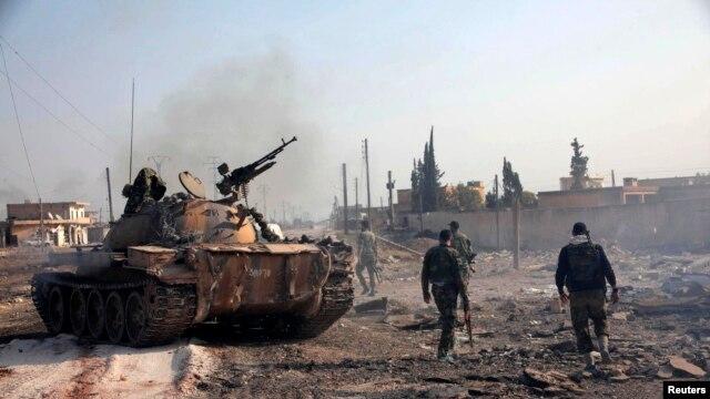 Pasukan setia Presiden Suriah Bashar al-Assad bersiaga di wilayah Tel Hasel, provinsi Aleppo (15/11).