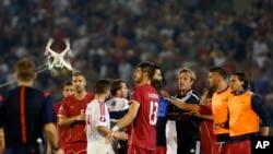 Ẩu đả trên sân buộc trọng tài phải cho ngưng trận đấu giữa Albania và Serbia ở phút thứ 41, khi tỉ số đang là 0-0.