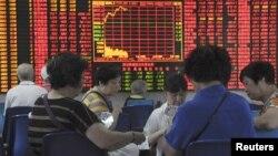 Các nhà đầu tư tại một nhà môi giới ở Thượng Hải, Trung Quốc, ngày 9/9/2015.