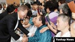현충일인 6일 문재인 대통령이 부인 김정숙 여사와 함께 서울 강동구 중앙보훈병원을 방문, 환자· 가족들과 인사하고 있다.